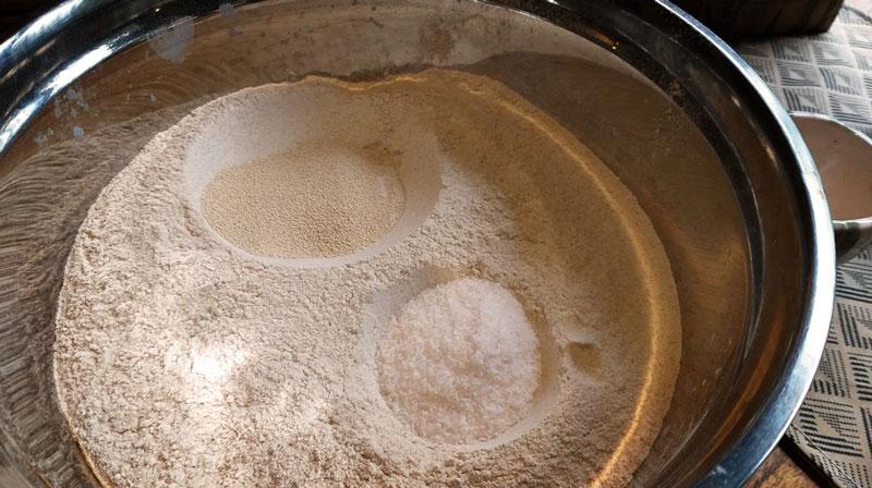mezclar la harina con la levadura y la sal