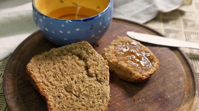 pan integral casero, recién horneado y con miel, riquísimo!